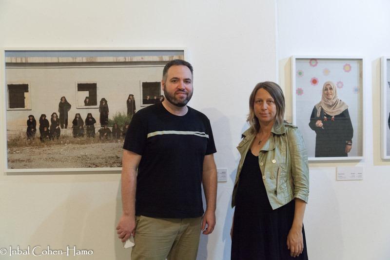 מעין שלף ורועי ילין על רקע צילום מתוך עבודה של ראידה רדון בתערוכה