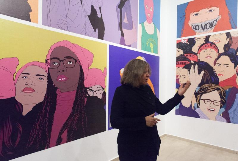 האוצרת סבטלנה ריינגולד אל רקע תערוכתה של מריה אחא-קוצ'ר