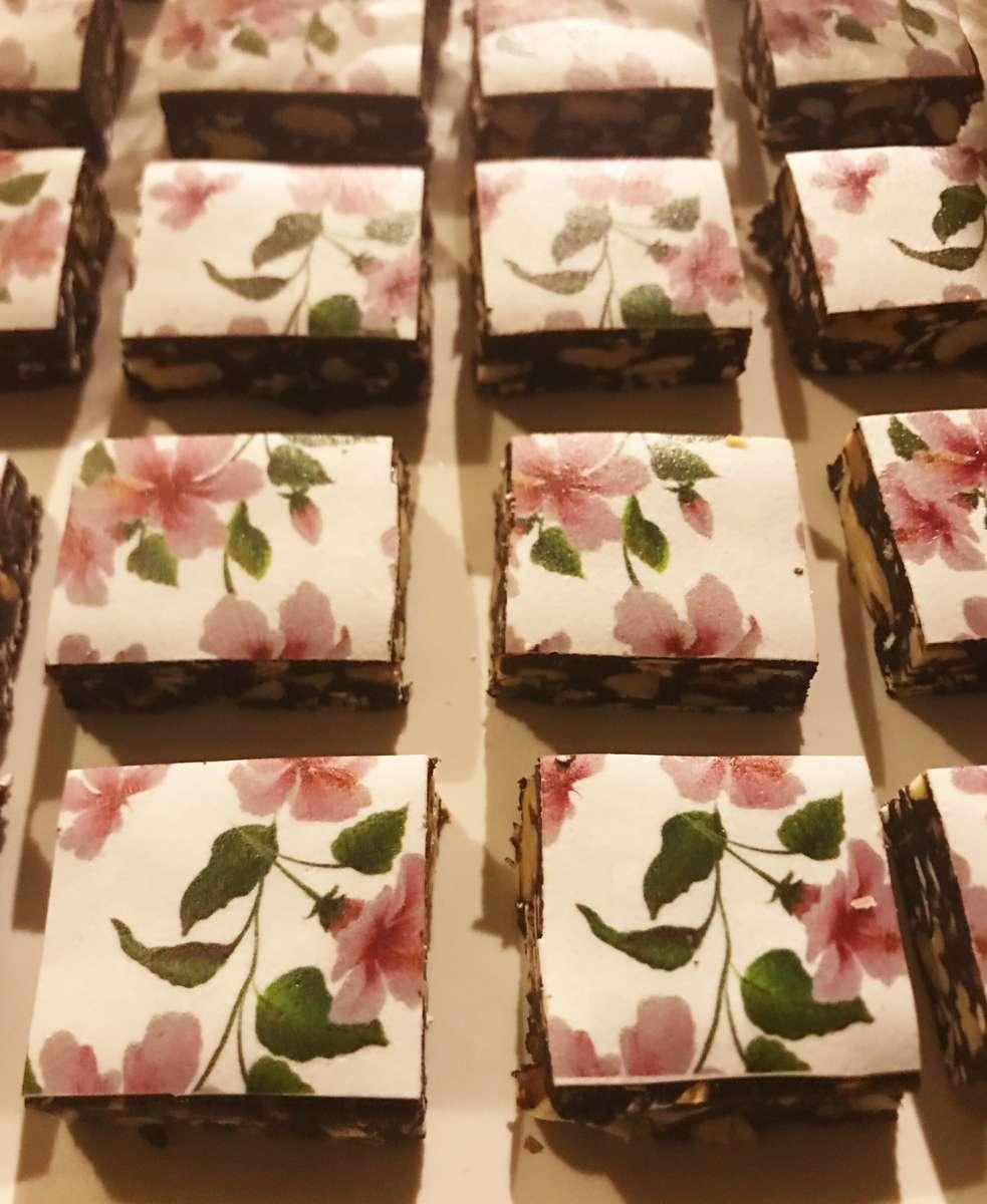 כל אלה בחצרה.  השוקולד של קרן והעוגות המצוירות של רחלי ו...