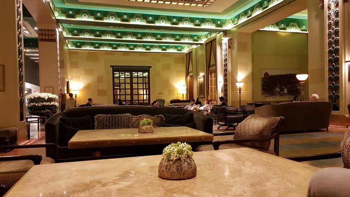 לובי מלון המלך דוד, בדי ריפוד עשירים, ריהוט כבד משדר יוקרה ואלגנטיות על זמנית
