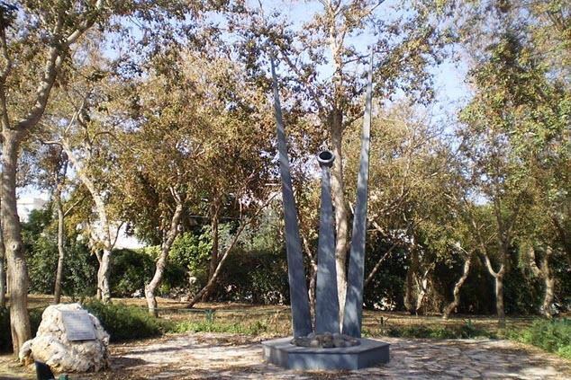 אנדרטה לזכר קורבנות טבח ליל הסדר עם 30 אבנים, לזכר 30 חללי הפיגוע. פיסול ועיצוב: יהודה ארבל, 2003 (צילום: דוד ישי)