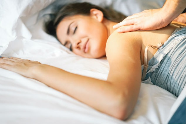 אישה נהנית ממסאז' (צילום: Shutterstock\Alessandro Biascioli')