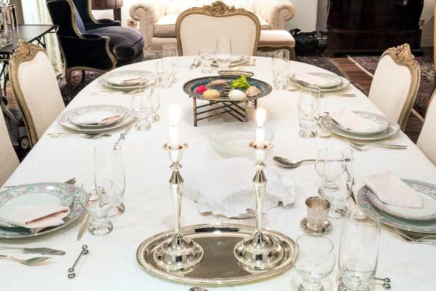שולחן הסדר הערוך, 30 צלחות על מפה לבנה מהודרת עם 160 עיטורים (צילום: שאטרסטוק / Will Rodrigues)