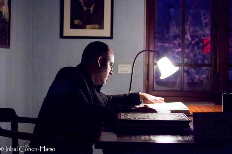 בצלאל בורוכוב בתפקיד ביאליק. צילום: ענבל כהן חמו