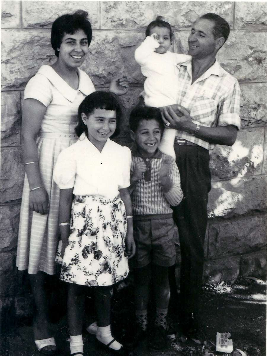 ג'ורגט ואליהו אילוז עם הילדים :גילה,חיים ואתי (אסתר)
