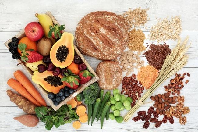 קטניות, דגנים, אגוזים ופירות, עשירים בויטמין C ובברזל (צילום: marilyn barbone shutterstock )