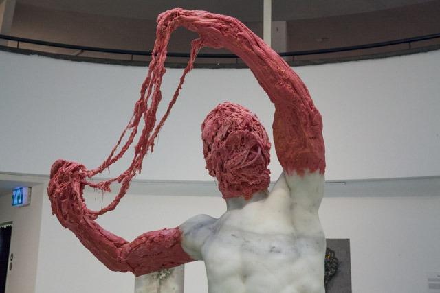 פסל שיש עם בזוקה של זוהר גוטסמן. צילום: ענבל כהן חמו