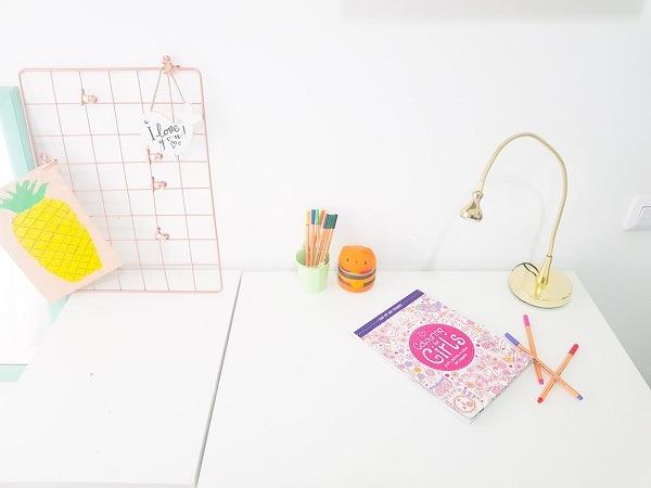 שולחן נקי וריק מחפצים מיותרים