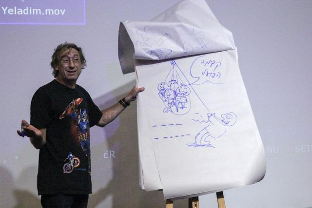 עמוס אלנבוגן מדגים חידה ויזואלית. צילום: ענבל כהן חמו