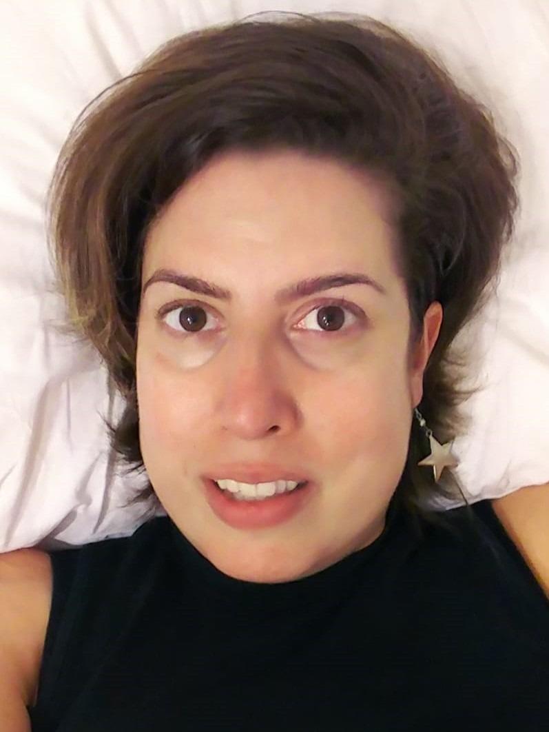 אני במיטה, עם רגליים מעל גובה הלב כדי להוריד נפיחות, מתכננת לי את הריצה של הבוקר בשיא האופטימיות