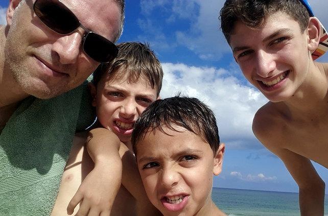 הבנים בחוף ינאי_לבלוג