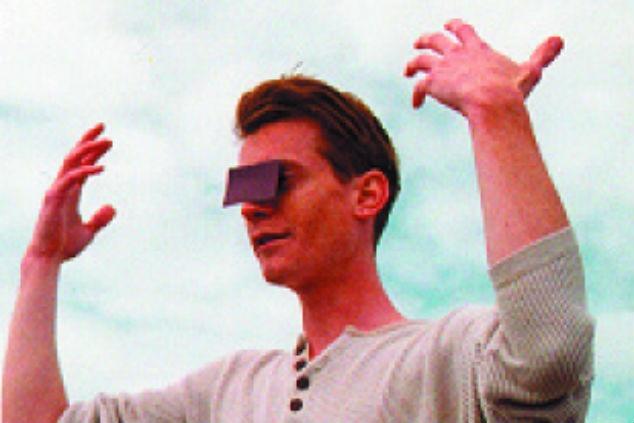 בחור עם משקף מיוחד צילום ג'אן הארווי