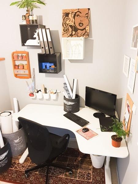 רהיטים לבנים פשוטים מתעוררים לחיים על רקע אפור