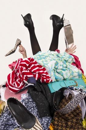 סידור ארון מלא בגדים מיותרים