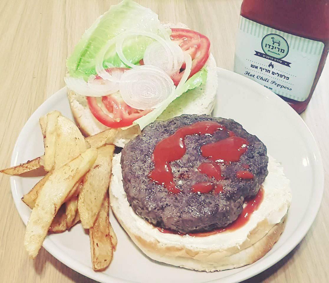 ארוחת שחיתות עם המבורגר טרי ורוטב חריף אש של מרינדו צלמת:  כרמל מילנר-סער