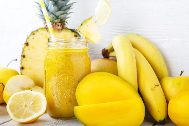 בננות, אננס, מנגו ולימון- פצצות ויטמין C (Shutterstock By Romrodphoto   )