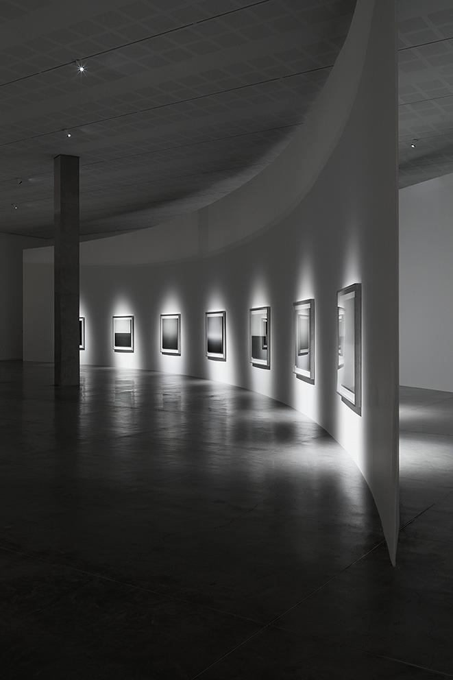 כניסה לחלל התערוכה של סוגימוטו. צילום: אלעד שריג