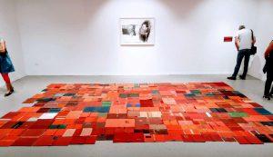 דרורה ויצמן, דרך ארץ, 2018, מיצב מכריכות ספרים, גלריה זוזו