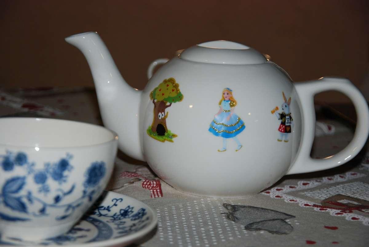 מסיבת התה של אליסה בארץ הפלאות