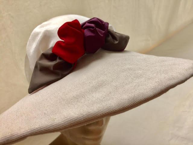 פרח על כובע עם בובה