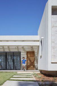 חזית כניסה. אדריכלות: ליאת בעבור ברנס. צילום: שי גיל. סטיילינג לצילום: מאיה לבנת הרוש.