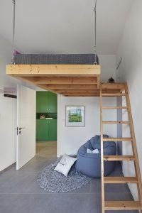 חדר מקורי לנערה עם מיטת גלריה רחבת מידות. אדריכלות: ליאת בעבור ברנס. צילום: שי גיל. סטיילינג לצילום: מאיה לבנת הרוש.