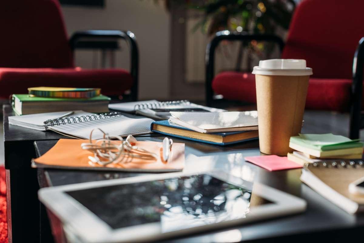 בשבחי שנות השמונים – בקצב הסמבה - לומדת בבית קפה