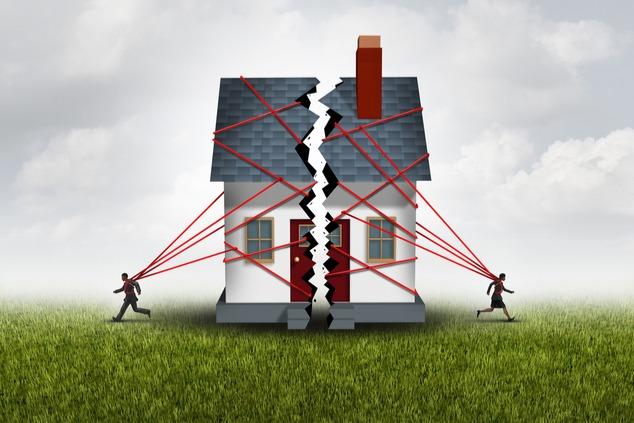 מי ישאר להתגורר בדירה המשותפת במהלך תהליך הגירושין? (Shutterstock -  Lightspring)