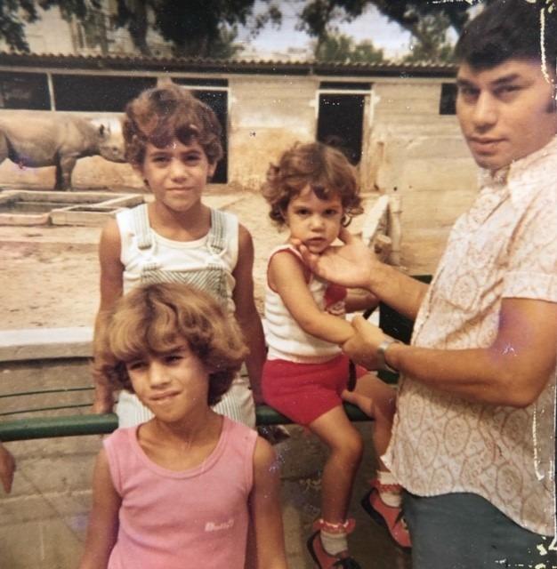 אבא שלי, אני הקטנה ואחיותיי הגדולות קצת לפני ההשתלה