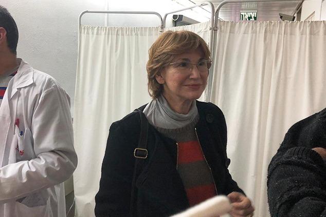 מאחורי הפרגוד הדק מתבצעת בחולה בדיקה רקטאלית (צילום: דוברות)