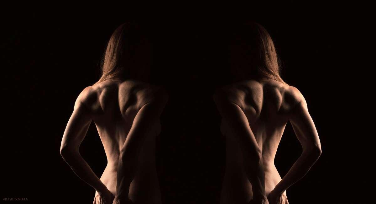 זו וזו.     עירום אמנותי נשי.  צילום: מיכל בנדק