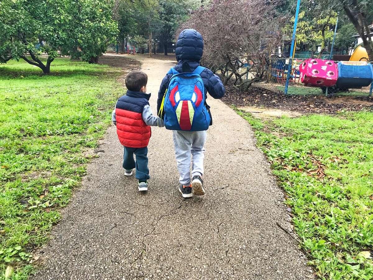 לקחת את הזמן ולא לרוץ. נועם ואיתן בדרך לגן בקיבוץ (צילום: לירון פרל-ברשדסקי)