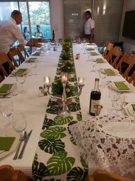 שולחן ארוך לקראת שבת אצל משפחת טופל