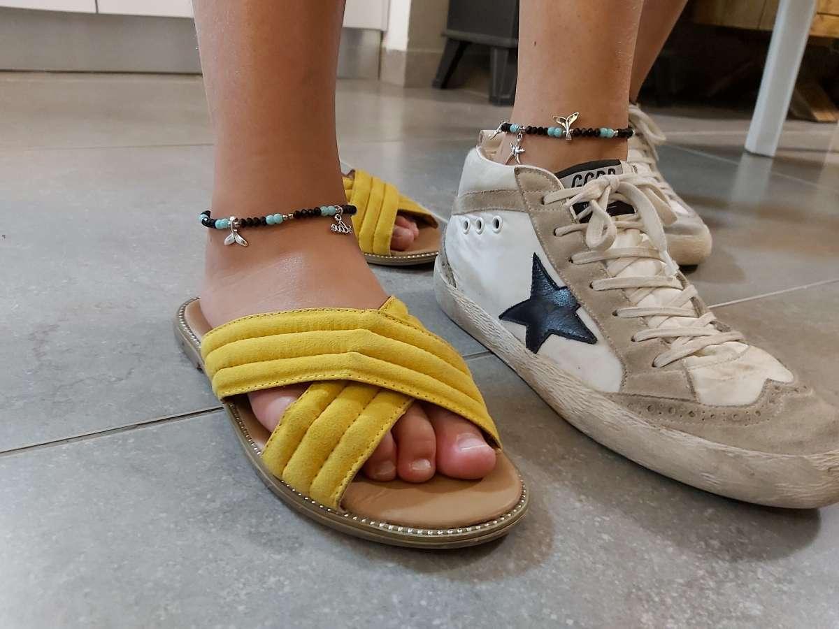 פזית דבש נרקיס והבת שלה מדגמנות צמידי רגל
