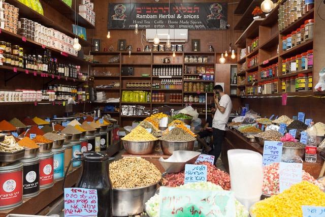 חנות תבלינים בשוק מחנה יהודה. צילום: ענבל כהן חמו