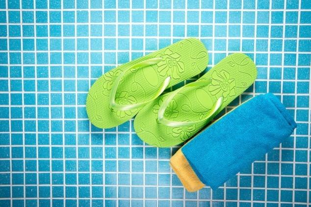 מקלחות ציבוריות רק עם כפכפי גומי (צילום: שאטרסטוק  nata-lunata)