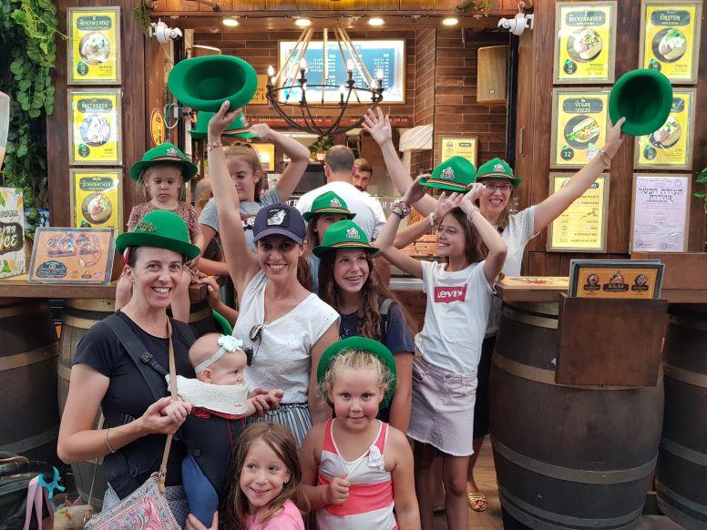 כובעים ירוקים בשוק קטן