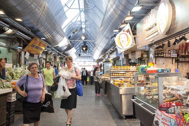 שוק מחנה יהודה - בין פירות וירקות, מעדנים וחפצי בית. צילום: ענבל כהן חמו