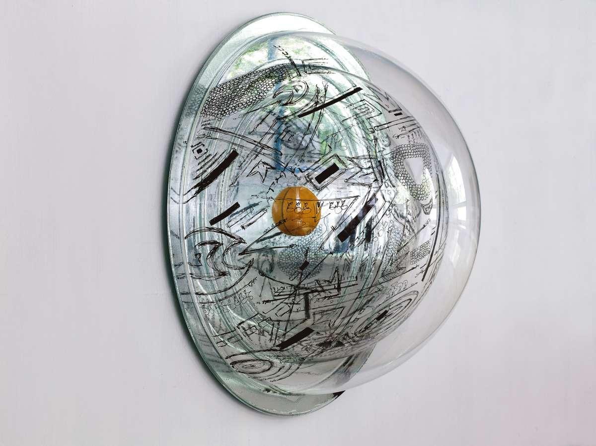 חצי כדור פלסטיק שקוף   אמנית דניאל פלדהקר צילום אבי אמסלם