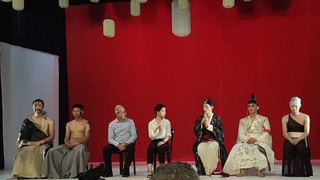 יאנג היילונג (שלישי מימין) עם צוות הרקדנים עונים לשאלות בעזרת מתורגמנית. צילום: ענבל כהן חמו