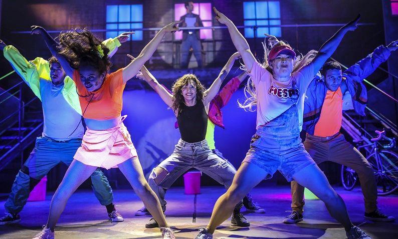 המחזמר פלאשדאנס. צבעוניות, שמחה, הנאה. צילום אור דנון.