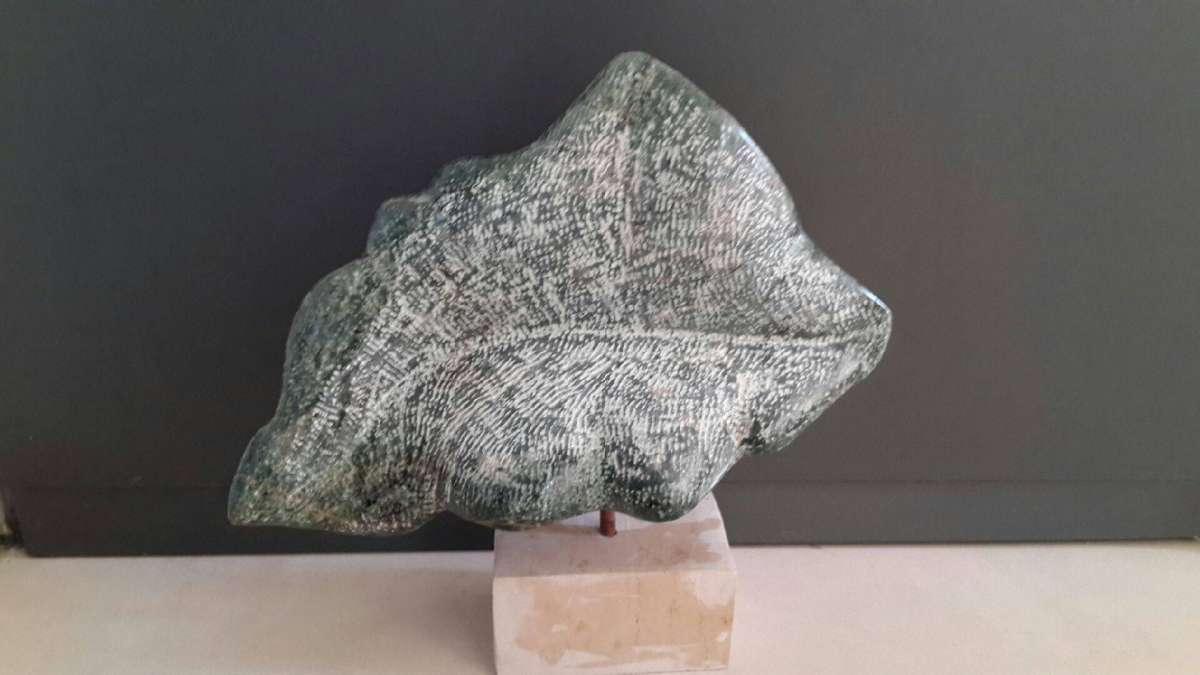 דורית רותם - עלה, אבן אלבסטר מצרי.