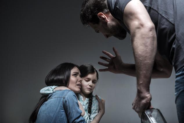 אלימות במשפחה (צילום: שאטרסטוק / YAKOBCHUK VIACHESLAV)