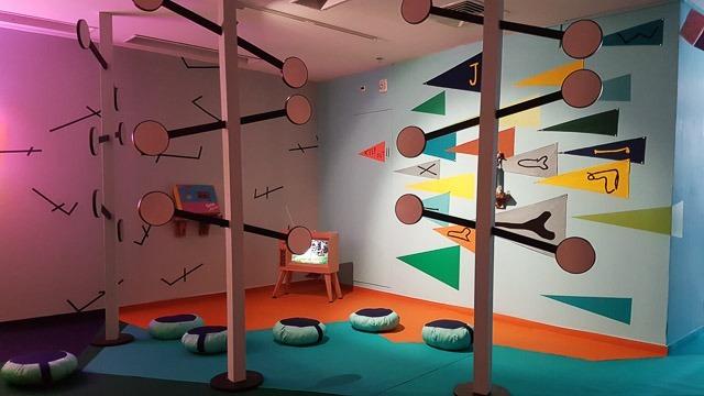 הכניסה לתערוכה - החדר של ג'וני, חדר הבנים. צילום: ענבל כהן חמו