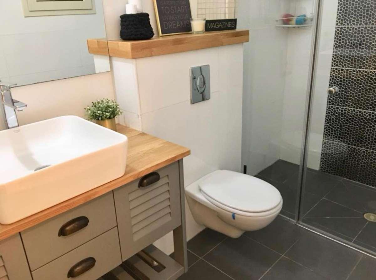 מראה חדר מקלחת בקומה התחתונה. בו הוחלף הארון והונחה מסגרת עץ מעל לאסלה. צילום עצמי