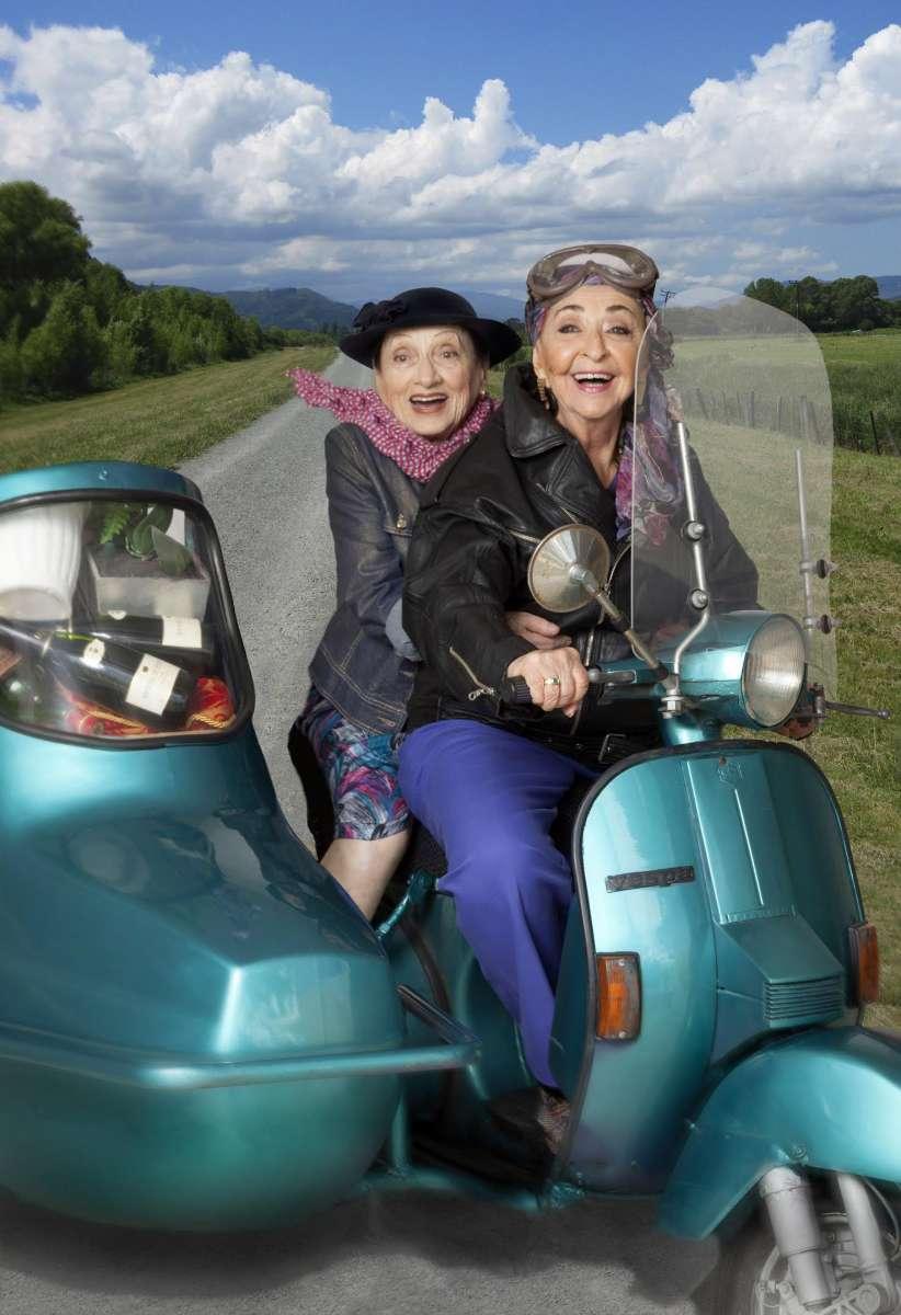 """ליא קניג ודבורה קידר בהצגה """"מה עושים עם ג'ני"""". צילום: ז'רר אלון"""