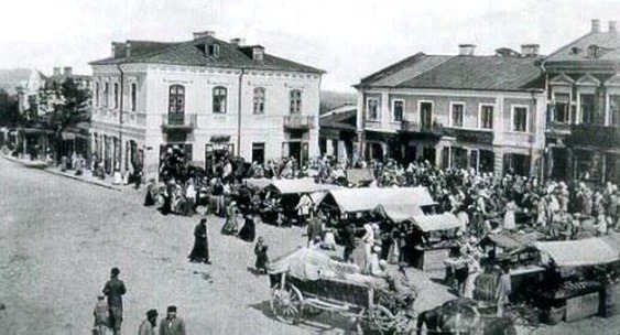 זה סופם של חכמי חלם - כיכר השוק בחלם לפני המלחמה