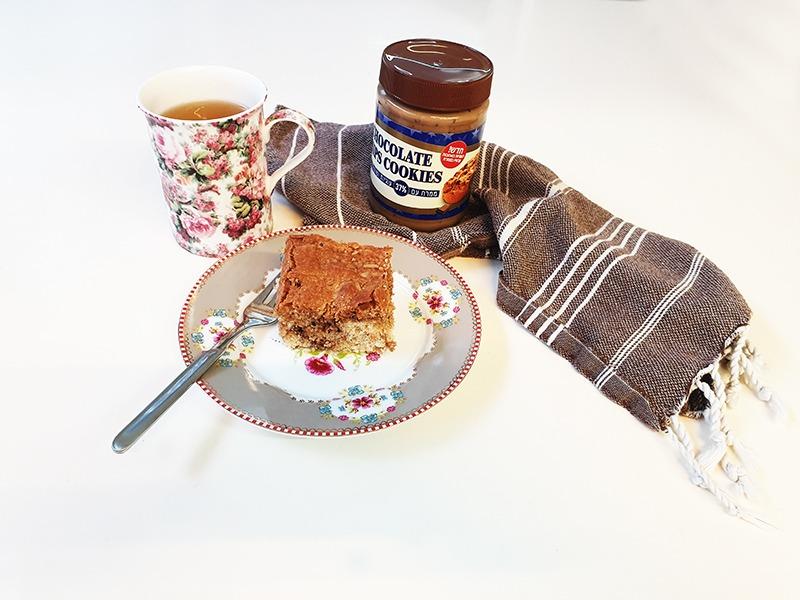עוגת וניל של יעל טייץ עם ממרח  שוקולד צ׳יפס של חברת מרבה