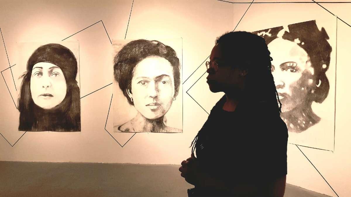 איריס קנסמיל על רקע רישומיה צילום קרן פרגו