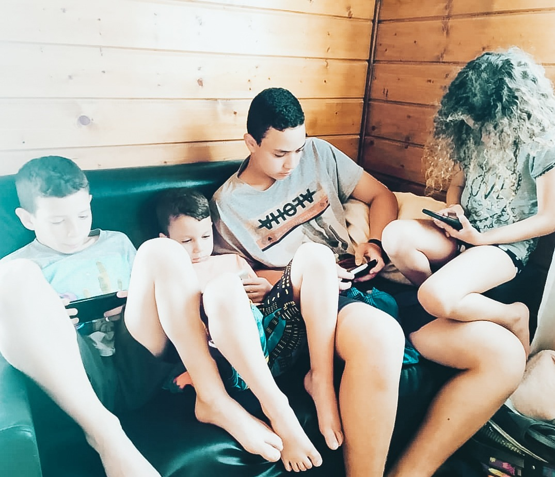 4 ילדים משחקים בנייד
